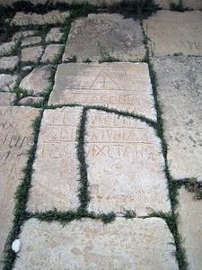 Spätantike Steinepitaphe, eingelassen in einem Kirchenboden, Ammaedara/Haidra, Tunesien
