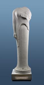 Cheramyes-Kore, um 570–560 v. Chr., aus dem Heraion von Samos. Die Inschrift verläuft vertikal und parallel zum Saum des unter den Gürtel geschobenen Umhangs Abgusssammlung Heidelberg)
