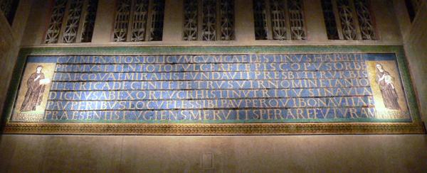 In Mosaik ausgeführte Bauinschrift der Kirche Santa Sabina, Rom, die an die Gründung des Baus unter Papst Coelestin I. (422–432) durch den Presbyter Petrus erinnert. Wirkung bei Nacht (Foto: Sebastian Watta).
