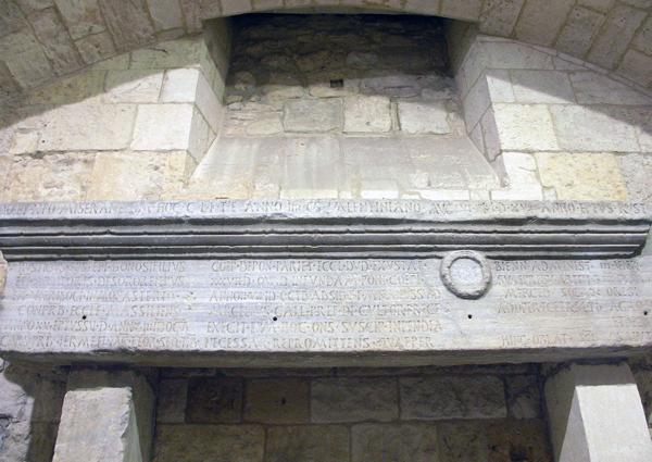 Bauinschrift des Bischofs Rusticus auf dem Portalsturz der in den Jahren 441-445 wieder aufgebauten Kathedrale von Narbonne (Foto: Christian Witschel).